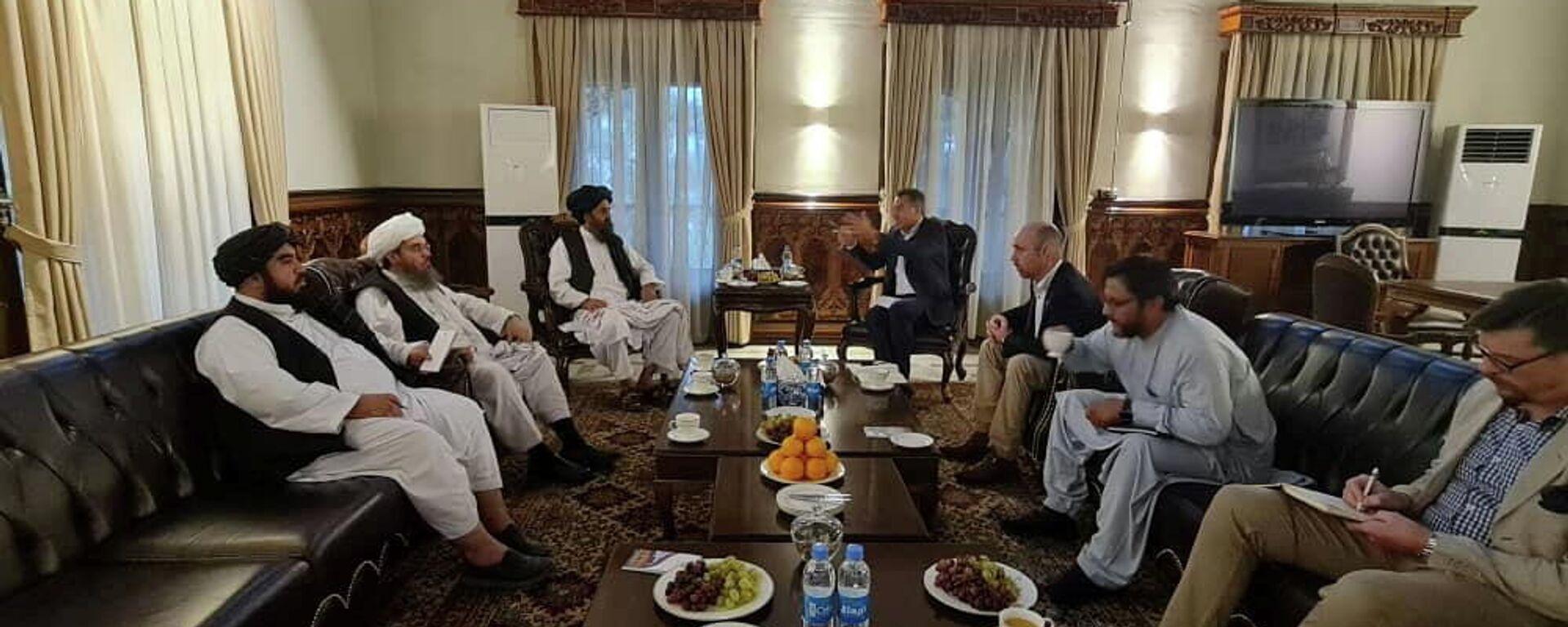 Мулла Барадар, глава политического офиса талибов, встречается с членами Красного Креста в Кабуле - Sputnik Таджикистан, 1920, 08.09.2021