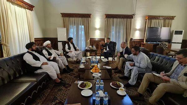Мулла Барадар, глава политического офиса талибов, встречается с членами Красного Креста в Кабуле - Sputnik Таджикистан