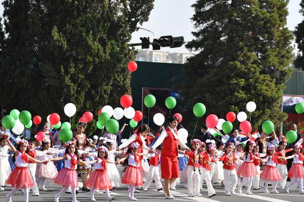 Среди участников праздничной демонстрации - школьники, студенты, представителей различных профессий и обществ. - Sputnik Таджикистан