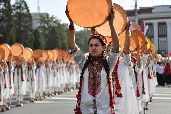 Сотни девушек демонстрировали национальные музыкальные инструменты и культуру. - Sputnik Таджикистан