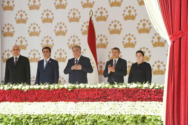 На трибуне рядом с главой государства находились премьер-министр Таджикистана Кохир Расулзода, мэр столицы Рустам Эмомали,  председатель нижней палаты парламента Махмадтоир Зокирзода и глава Исполнительного аппарата президента Озода Рахмон. - Sputnik Таджикистан