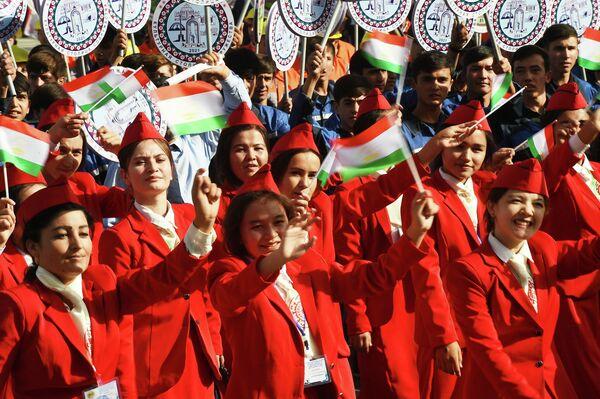 По-летнему теплая и солнечная сентябрьская погода также порадовала всех участников массовой акции. - Sputnik Таджикистан