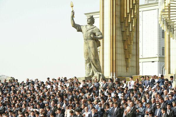 На площадь и столичный проспект Рудаки для мирного шествия вышли свыше 30 тысяч жителей столицы. - Sputnik Таджикистан