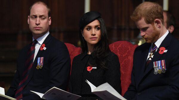 Британский принц Гарри (справа), его невеста из США Меган Маркл (в центре) и британский принц Уильям - Sputnik Таджикистан