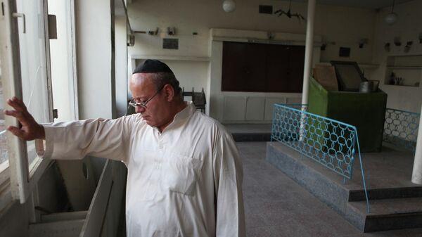 Забулон Симинтов, последний известный еврей, живущий в Афганистане, закрывает окно в синагогу - Sputnik Тоҷикистон