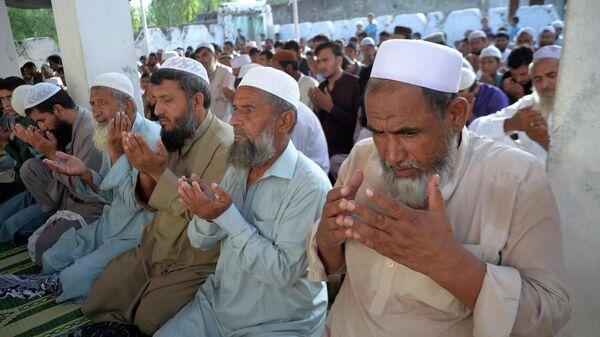 Афганские беженцы совершают молитву Курбан-байрам в мечети в лагере беженцев - Sputnik Таджикистан