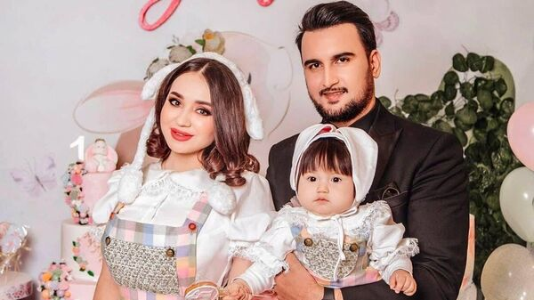 Шахзода Мухаммедова с семьей - Sputnik Таджикистан