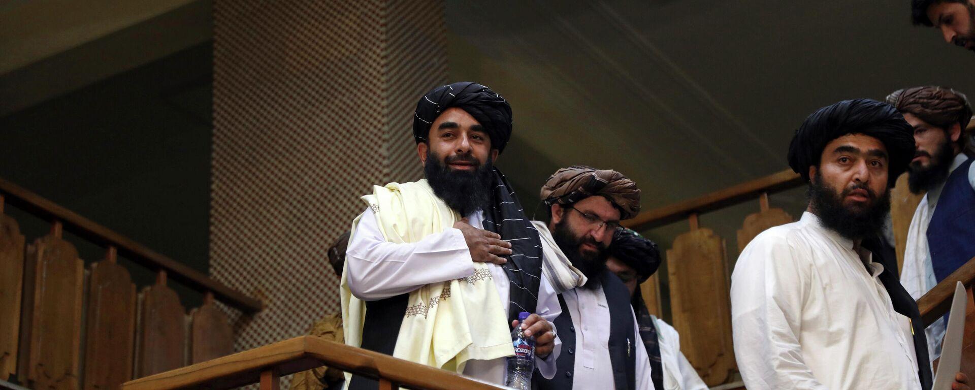 Представитель Талибана Забихулла Муджахид (слева) прибывает на свою первую пресс-конференцию в Информационный центр правительственных СМИ в Кабуле - Sputnik Таджикистан, 1920, 24.09.2021