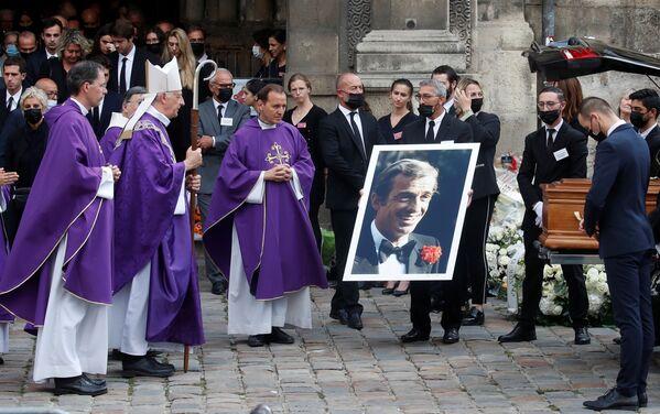 Национальную церемонию прощания с любимым французским артистом посетил президент Франции Эмманюэль Макрон, а также члены правительства, коллеги, политики и общественные деятели. - Sputnik Таджикистан