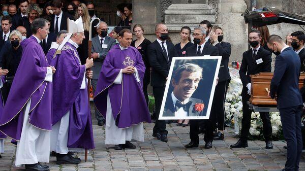Церемония похорон Жан-Поля Бельмондо в церкви Сен-Жермен-де-Пре в Париже - Sputnik Таджикистан