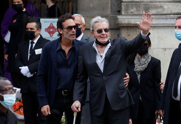 Легендарный актер Бельмондо умер 6 сентября в возрасте 88 лет в Париже. В 2001 году Бельмондо перенес инсульт, после чего у него были проблемы со здоровьем. - Sputnik Таджикистан