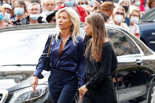 Супруга актера Натти Тардивель и дочь Стелла Бельмондо присутствовали на церемонии похорон. На прощании были также шесть внуков Бельмондо. - Sputnik Таджикистан