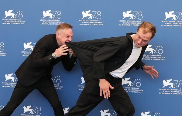 Российские актеры Тимофей Трибунцев и Юра Борисов на 78-м Венецианском кинофестивале. - Sputnik Таджикистан