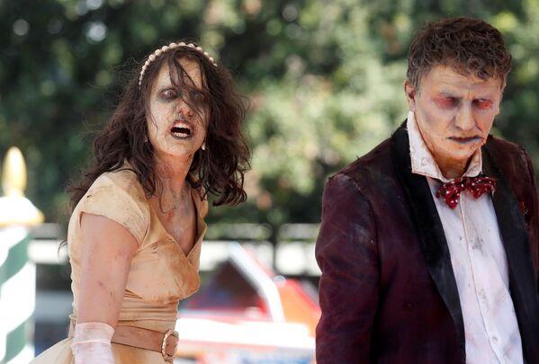 Люди в костюмах зомби прибывают на 78-й Венецианский кинофестиваль. - Sputnik Таджикистан
