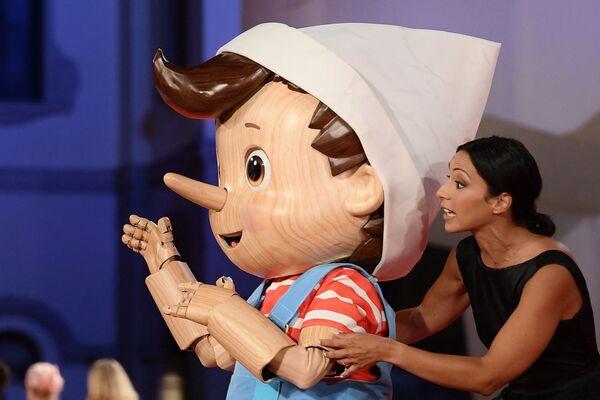 """Артист, одетый в костюм Пиноккио на показе фильма """"Прошлой ночью в Сохо"""" на 78-м Венецианском кинофестивале. - Sputnik Таджикистан"""
