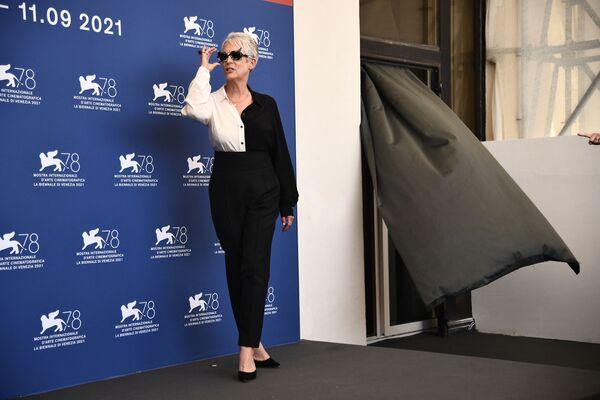 Американская актриса Джейми Ли Кертис в солнцезащитных очках на фотосессии на 78-м Венецианском международном кинофестивале. - Sputnik Таджикистан