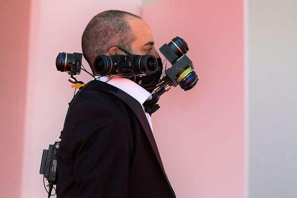 """Гость с фотоаппаратами прибывает на показ фильма """"Спенсер"""" на 78-м Венецианском кинофестивале. - Sputnik Таджикистан"""