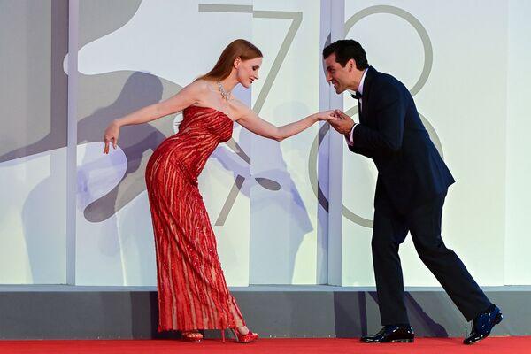 """Американская актриса Джессика Честейн и американский актер Оскар Айзек на красной дорожке фильма """"Сцены из супружеской жизни"""" на 78-м Венецианском кинофестивале. - Sputnik Таджикистан"""