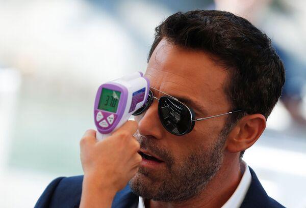 Бен Аффлек измеряет температуру на красной дорожке 78-го Венецианского кинофестиваля. - Sputnik Таджикистан