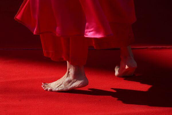 Гостья без обуви на красной дорожке 78-го Венецианского кинофестиваля. - Sputnik Таджикистан