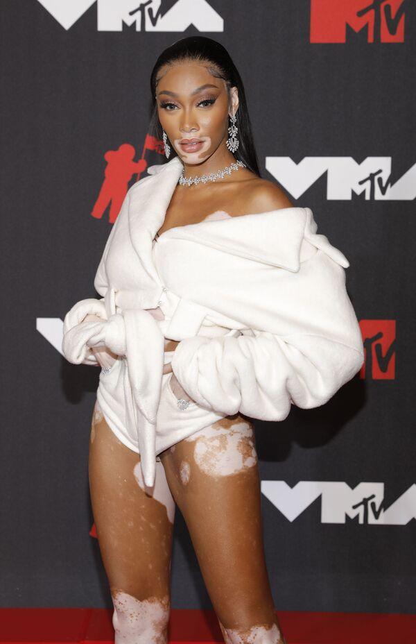 Модель Винни Харлоу на красной дорожке MTV Video Music Awards 2021. - Sputnik Таджикистан
