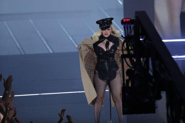 Мадонна во время выступления на MTV Video Music Awards 2021. - Sputnik Таджикистан