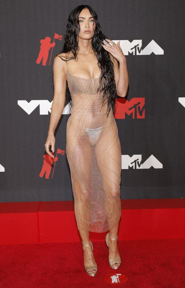 Актриса Меган Фокс в прозрачном платье на красной дорожке MTV Video Music Awards 2021. - Sputnik Таджикистан
