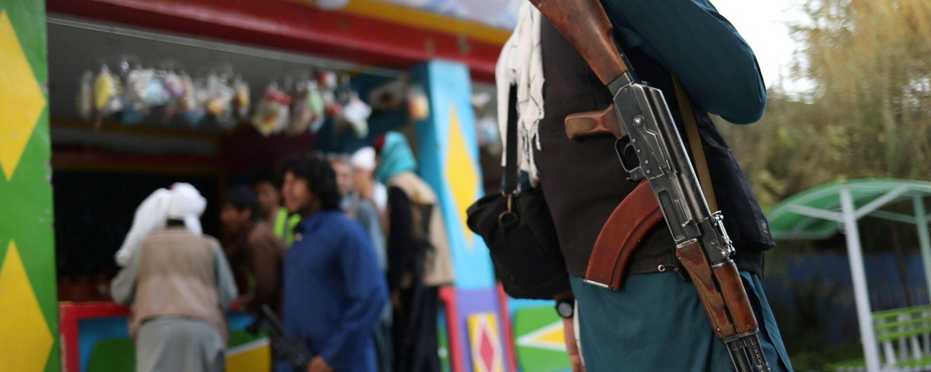 Боец Талибана* с винтовкой в парке развлечений в Кабуле - Sputnik Тоҷикистон, 1920, 27.09.2021