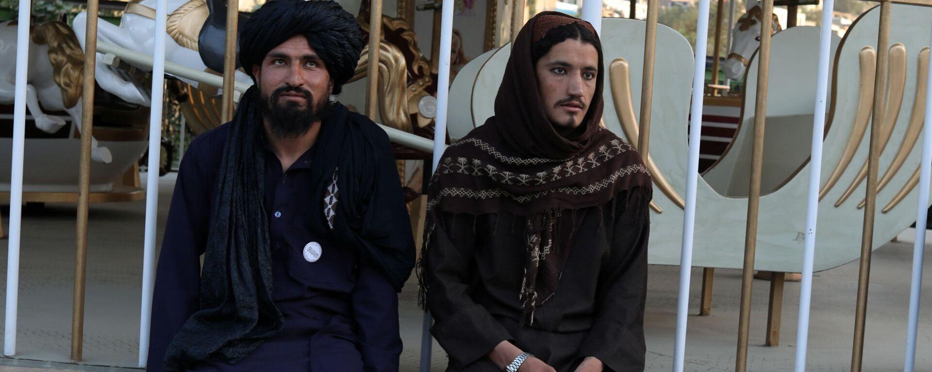 Бойцы Талибана* в парке развлечений в Кабуле - Sputnik Тоҷикистон, 1920, 21.09.2021