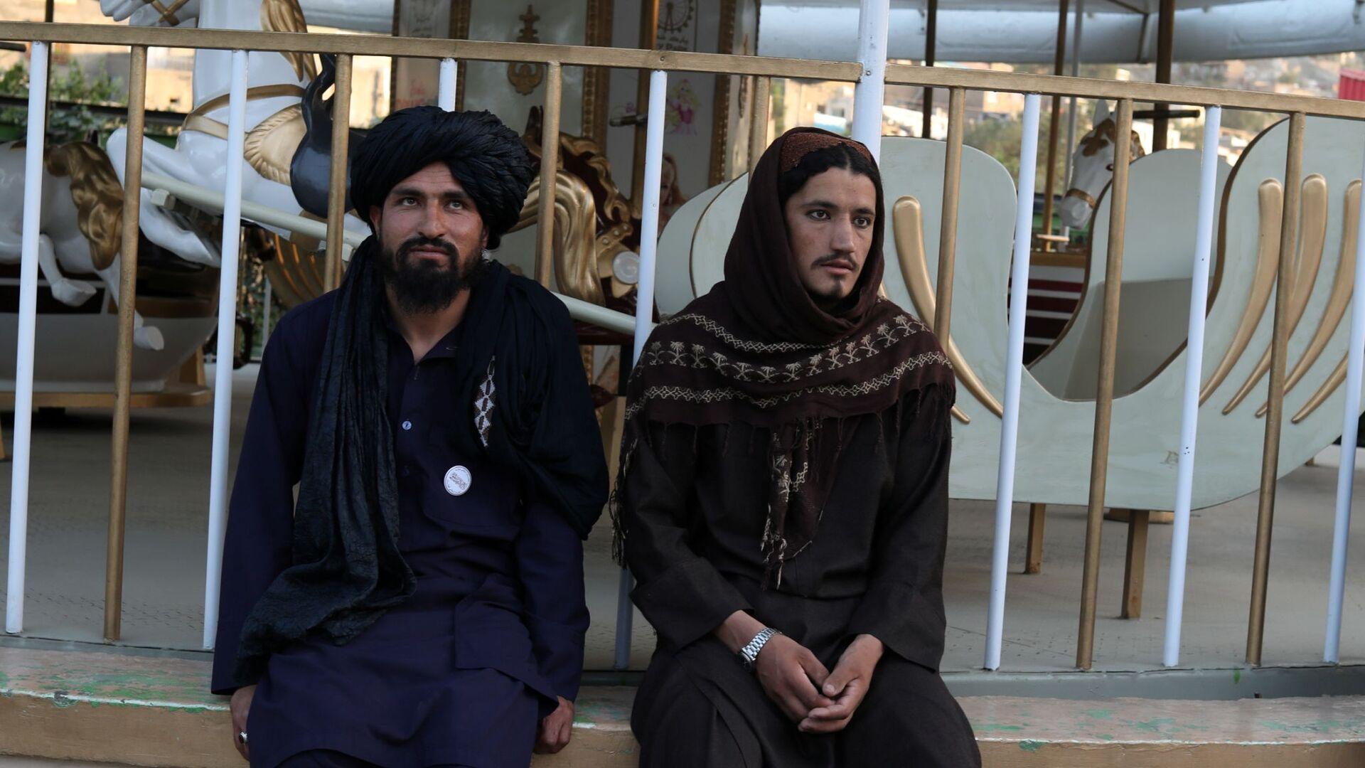 Бойцы Талибана* в парке развлечений в Кабуле - Sputnik Тоҷикистон, 1920, 28.09.2021