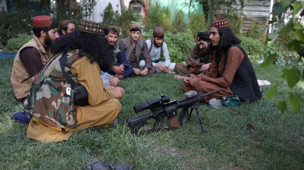 Бойцы Талибана* в парке развлечений в Кабуле  - Sputnik Тоҷикистон