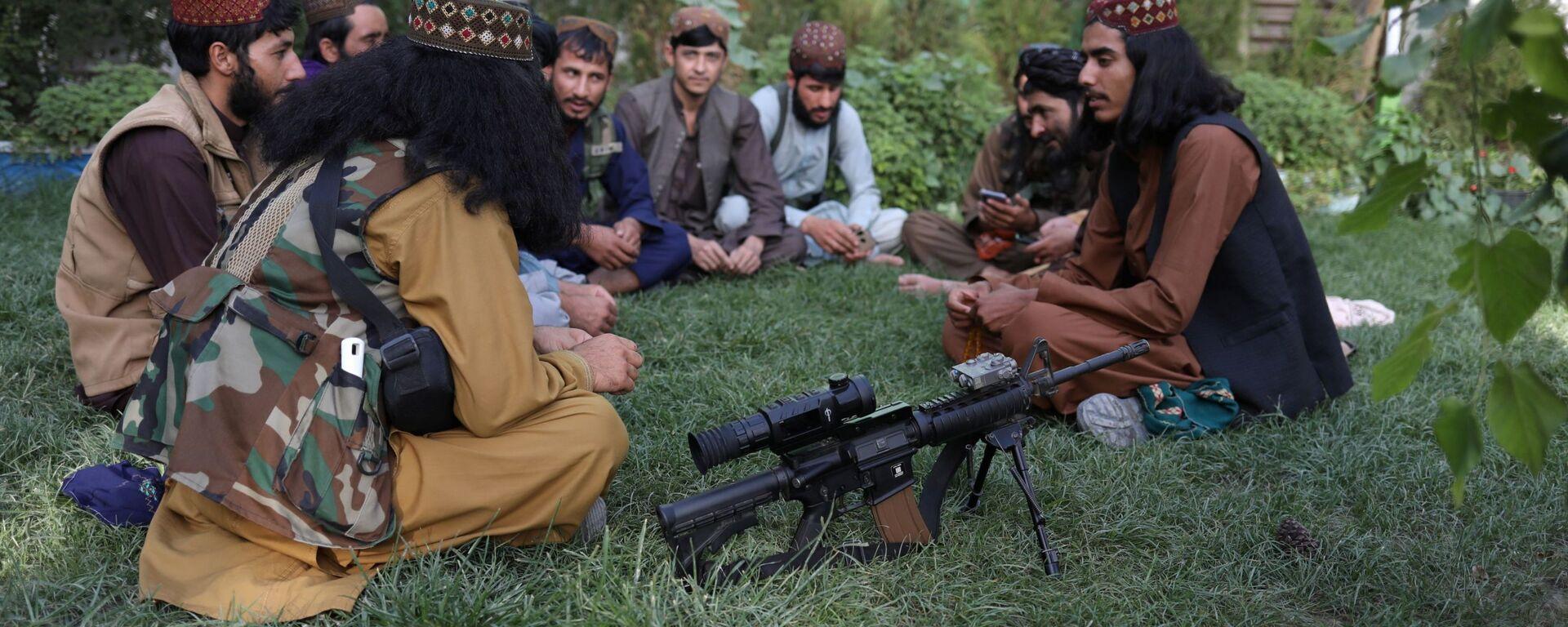 Бойцы Талибана* в парке развлечений в Кабуле  - Sputnik Таджикистан, 1920, 14.09.2021