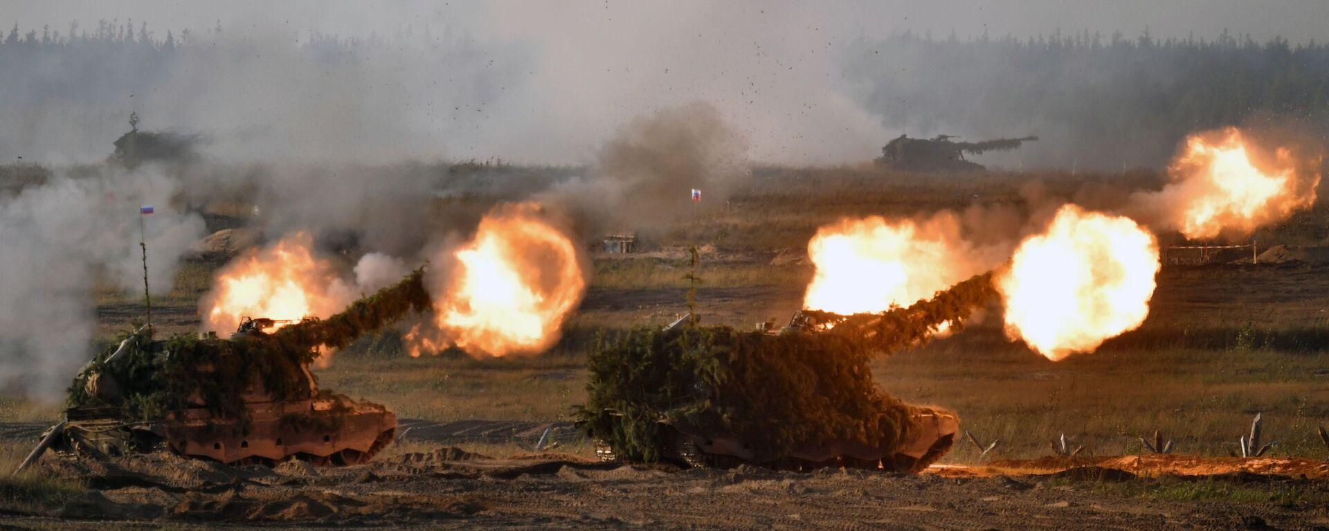 Самоходные артиллерийские установки (САУ) во время основного этапа учений Запад-2021 на полигоне Мулино в Нижегородской области - Sputnik Таджикистан, 1920, 14.09.2021