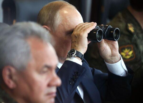 """Президент России Владимир Путин уже побывал на основном этапе учений """"Запад - 2021"""" на полигоне Мулино. - Sputnik Таджикистан"""