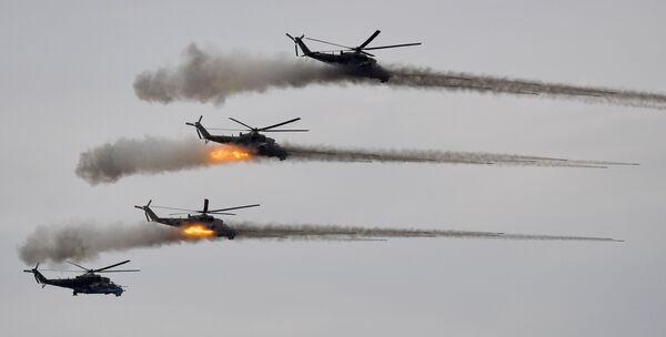 Ударные вертолеты Ми-24 во время основного этапа на полигоне Мулино в Нижегородской области. - Sputnik Таджикистан
