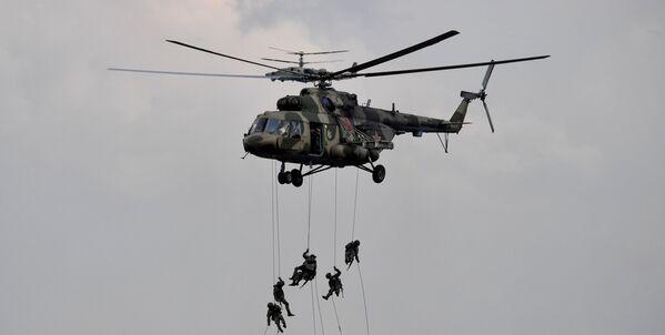 Военнослужащие высаживаются из многоцелевого вертолета Ми-8 во время основного этапа учений. - Sputnik Таджикистан