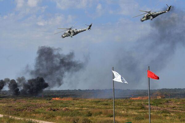 На полигоне Правдинском в Калининградской области боевую мощь показали вертолеты Ми-24. - Sputnik Таджикистан