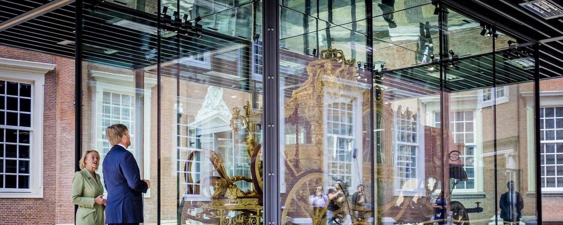 Король Виллем-Александр смотрит на Золотую карету ('Gouden Koets') во время открытия выставки в Амстердамском музее - Sputnik Таджикистан, 1920, 15.09.2021