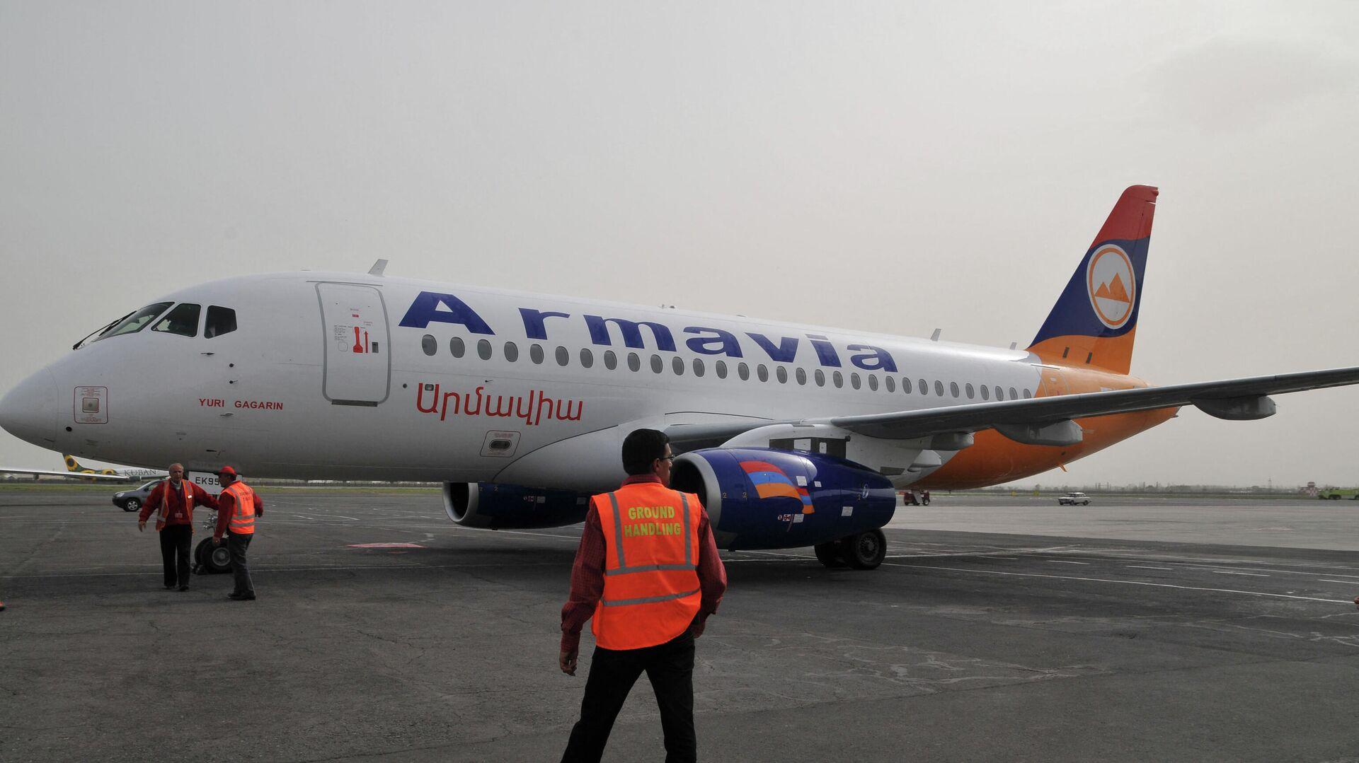 Самолет Superjet 100 российского производства приземлился в аэропорту Еревана - Sputnik Таджикистан, 1920, 15.09.2021