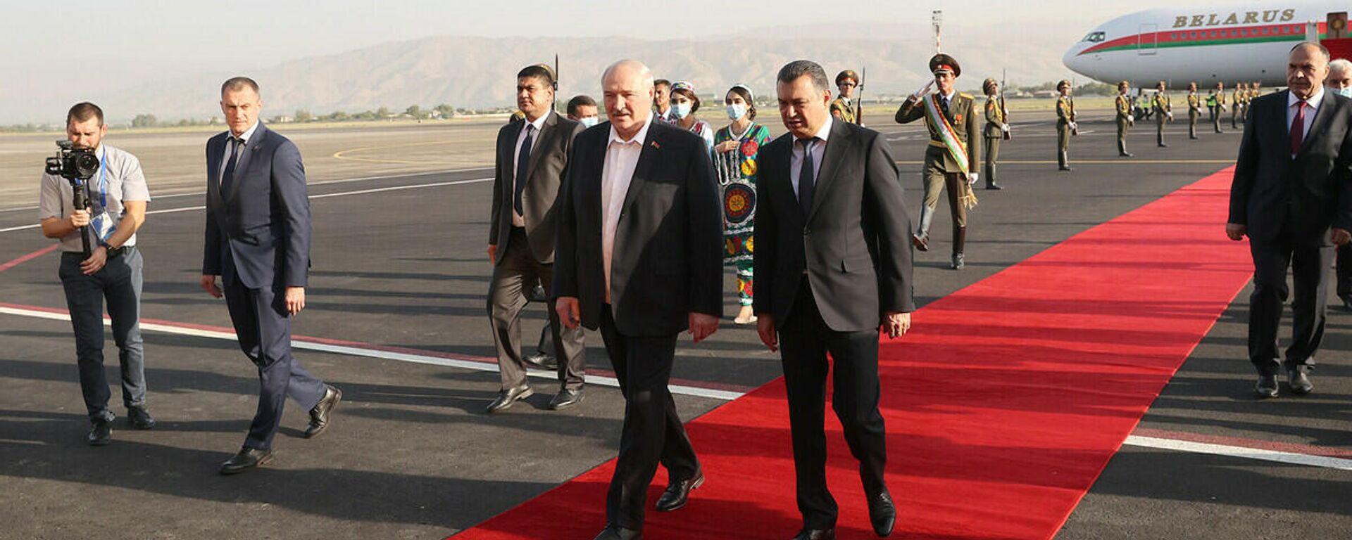 Президент Беларуси Александр Лукашенко 15 сентября прилетел с рабочим визитом в Таджикистан - Sputnik Тоҷикистон, 1920, 15.09.2021