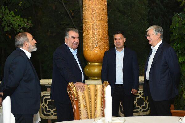 Гости вечера общались в очень теплой атмосфере дружбы и братства и поблагодарили главу Таджикистана за проявленное радушие и гостеприимство. - Sputnik Таджикистан