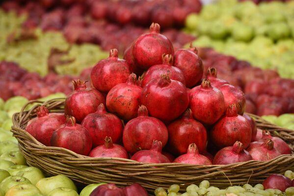 Тысячи различных фруктов и сухофруктов, дынь и арбузов, гранатов и винограда, наряду с национальными блюдами страны, украсили убранство президентской резиденции в Душанбе.  - Sputnik Таджикистан