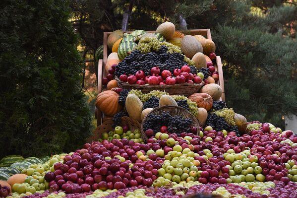 Декораторы создали невероятные по размеру фруктовые панно, которые были больше похожи на сказочные пейзажи, нежели на реальную картину. - Sputnik Таджикистан