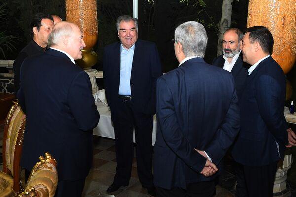 Вечер дружбы был также приурочен к празднованию 30-летия государственной независимости Таджикистана, 20-летия Шанхайской организации сотрудничества и председательству Таджикистана в ОДКБ. - Sputnik Таджикистан
