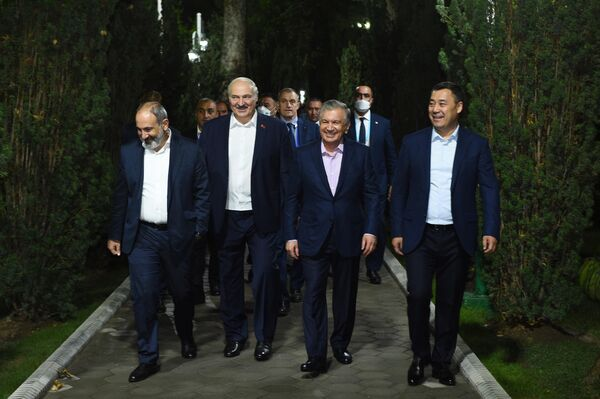 До праздничного ужина главам государств удалось прогуляться под открытым и теплым небом и пообщаться друг с другом в неформальной обстановке. - Sputnik Таджикистан