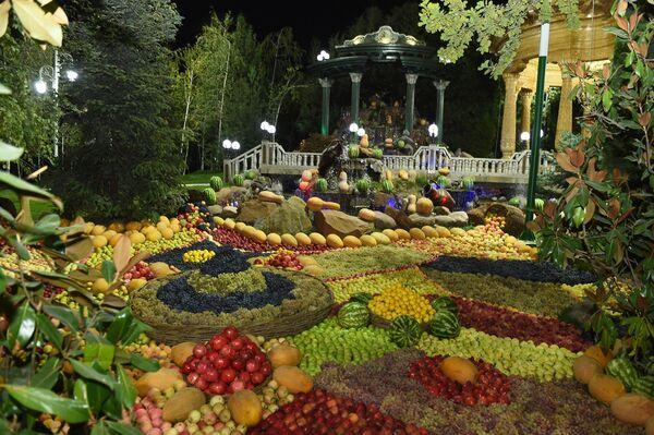 В живописной зоне Дома правительства Рахмон показал гостям богатую и плодоносную выставку сельхозпродукции, которой был декорирован весь двор. - Sputnik Таджикистан