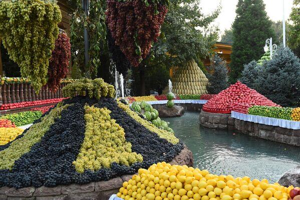 Украшенная фруктами правительственная резиденция в Душанбе была в прямом смысле похожа на райский сад, в котором изобилуют фруктовые клумбы и поля. - Sputnik Таджикистан