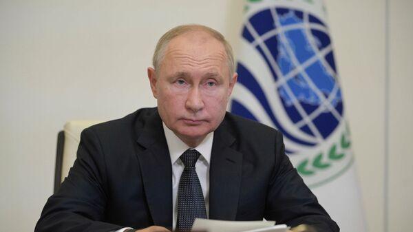 Президент России Владимир Путин в режиме видеоконференции принимает участие в заседании Совета глав государств Шанхайской организации - Sputnik Тоҷикистон