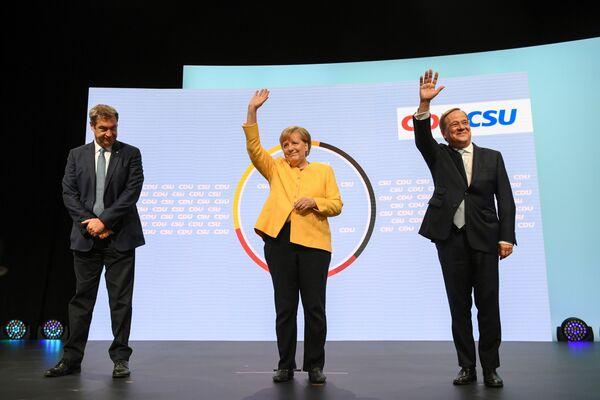 Председатель партии Христианско-социальный союз Маркус Сёдер, канцлер Германии Ангела Меркель и министр земли Северный Рейн-Вестфалия Армин Лашет. - Sputnik Таджикистан