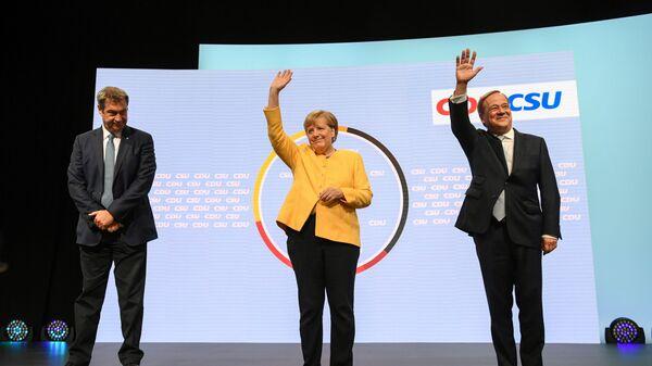Глава партии ХСС Маркус Зёдер, канцлер Германии Ангела Меркель, и кандидат на место канцлера от партии ХДС / ХСС Армин Лашет выступают вместе в Берлине, Германия - Sputnik Таджикистан
